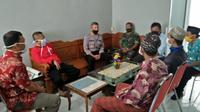 Jumat tanggal 1 Mei 2020 Camat Wangon mengundang empat orang yang menandatangani surat pembongkaran masjid untuk diklarifikasi. (Foto: Liputan6.com/Rudal Afgani)