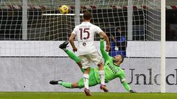 Pemain Torino, Cristian Ansaldi, mencetak gol ke gawang Inter Milan melalui tendangan penalti pada laga Liga Italia di Stadion Giuseppe Meazza, Minggu (22/11/2020). Inter Milan menang dengan skor 4-2. (AP/Antonio Calanni)