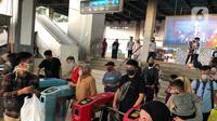 """Calon penumpang KRL Commuter Line melintasi """"Gate Elektronik"""" di Stasiun Depok Baru, Jawa Barat, Senin (25/5/2020). Banyaknya warga yang silaturahmi selama lebaran menyebabkan perjalanan KRL tetap dipadati penumpang, meskipun waktu operasional dibatasi. (Liputan6.com/Immanuel Antonius)"""