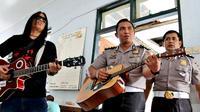 """""""Kelangan"""" lagu dari Via Vallen mengalun membuat para mbah baper. (foto : Liputan6.com / felek wahyu)"""