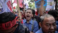 Sejumlah massa menggelar aksi unjuk rasa di depan kantor Kementerian BUMN, Jakarta, Senin (31/7). Dalam aksinya mereka  menuntut evaluasi Kementerian BUMN terkait adanya potensi kerugian negara. (Liputan6.com/Faizal Fanani)