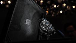 """Berlian kasar terbesar kedua di dunia bernama """"Sewelo"""" ditampilkan di toko Louis Vuitton di Place Vendome, pusat kota Paris pada Selasa (21/1/2020). Berlian bernama Sewelo, yang berarti penemuan langka, ditemukan pada tahun lalu di Botswana. (Photo by STEPHANE DE SAKUTIN / AFP)"""