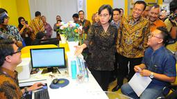 Menteri Keuangan Sri Mulyani Indrawati meninjau kegiatan pelaporan surat pemberitahuan tahunan (SPT) pajak penghasilan (PPh) di kantor pelayanan Pajak, Jakarta, Jumat (29/3). Batas pelaporan SPT untuk badan atau perusahaan adalah per 30 April 2019. (Liputan6.com/Angga Yuniar)