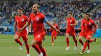 Pemain Inggris, Harry Kane (depan kiri) melakukan selebrasi usai mencetak gol ke gawang Tunisia dalam penyisihan Grup G Piala Dunia 2018 di Volgograd Arena, Volgograd, Rusia, Senin (18/6). Dua gol Kane bawa Inggris menang 2-1. (AP Photo/Sergei Grits)