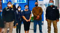 Terduga bandar narkoba di Kampung Narkoba Pekanbaru berinisial W (tengah) saat dibawa ke pusat rehabilitasi pecandu narkoba di Lido Bogor. (Liputan6.com/M Syukur)