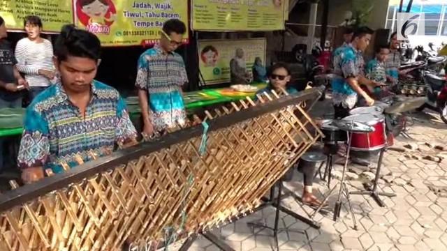 Sekelompok musisi tradisional yang mengaku juga relawan Jokowi datang ke Solo untuk memeriahkan pernikahan Kahiyang-Bobby