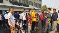 Menteri Sosial, Agus Gumiwang Kartasasmita, menerima curhatan para penyandang disabilitas ketika meninjau dua venue Asian Para Games 2018. (Bola.com/Zulfirdaus Harahap)