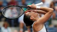 Ekspresi petenis Italia, Flavia Pennetta, setelah mengalahkan petenis Rumania, Simona Halep, dalam semifinal tunggal putri Turnamen Tenis AS Terbuka di New York, AS. (11/9/2015). (Reuters/Mike Segar)