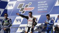 Pembalap LCR Honda Cal Crutchlow naik podium di MotoGP Phillip Island, 23 Oktober 2016. ( JEREMY BROWN / DEUS IMAGES / AFP )