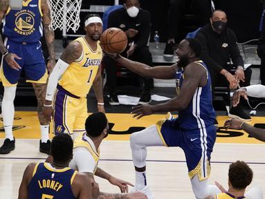 Pebasket Golden State Warriors Draymond Green (tengah) berupaya memasukkan bola dalam pertandingan NBA melawan LA Lakers di Staples Center,  Los Angeles, California, Amerika Serikat, Senin (18/1/2020). (AP Photo/Jae C. Hong)