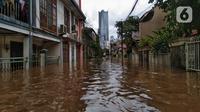 Suasana banjir yang merendam permukiman warga di kawasan Kebalen, Jakarta, Sabtu (20/2/2021). Curah hujan yang tinggi menyebabkan banjir setinggi orang dewasa di kawasan Kebalen. (Liputan6.com/Johan Tallo)