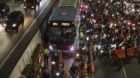 Ratusan motor berebut masuk jalur Transjakarta di sebagian ruas Jalan Gatot Subroto depan Gedung MPR/DPR/DPD RI, Jakarta, Kamis (19/9/2019). Sebagian ruas Jalan Gatot Subroto depan Gedung Parlemen ditutup karena ada aksi mahasiswa menolak revisi RKUHP-UU KPK. (Liputan6.com/Helmi Fithriansyah)