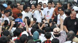 Presiden Jokowi berbincang dengan sejumlah relawan saat menghadiri Jambore Komunitas Juang Relawan Jokowi di Jakarta, Sabtu (16/5). Acara tersebut bertujuan untuk memberikan masukan kepada pemerintahan Jokowi-JK.(Liputan6.com/Johan Tallo)