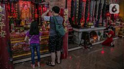 Warga keturunan Tionghoa sembahyang di Vihara Amurva Bhumi, Jakarta, Kamis (11/2/2021). Sembahyang jelang Tahun Baru Imlek 2572 itu sebagai ungkapan syukur atas segala rejeki dan keselamatan dari Tuhan serta untuk pengharapan kehidupan lebih baik di tahun Kerbau Logam. (Liputan6.com/Faizal Fanani)