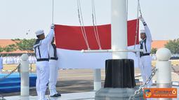 Citizen6, Surabaya: Wadan Kobangdikal Brigjen TNI Marinir P. Verry Kunto G memimpin upacara bendera dalam rangka memperingati HUT RI ke - 67 di lapangan Laut Maluku, Kesatrian Bumimoro, Kobangdikal, Surabaya, Jumat (17/8). (Pengirim: Penkobangdikal)