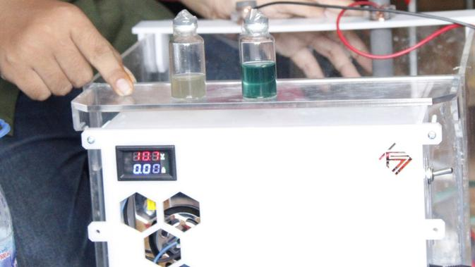 Mahasiswa Departemen Teknik Kimia Institut Teknologi Sepuluh Nopember (ITS) Surabaya menciptakan alat pengolah limbah batik untuk membantu pelaku usaha mikro kecil dan menengah (UMKM).  (Liputan6.com/ Dian Kurniawan)