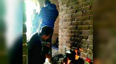 Pengguna media sosial Weibo dikejutkan dengan gambar sekelompok pria yang tengah memasak mi instan di Tembok Besar China (Weibo)