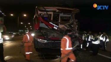 Akibat kecelakaan ini puluhan penumpang bus terlantar di pinggir jalan tol.