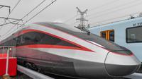 Kereta cepat tipe baru yang dapat beroperasi pada sistem rel yang berbeda di Changchun, Provinsi Jilin, China timur laut (21/10/2020). Kereta dengan kecepatan standar 400 km per jam itu dikembangkan untuk membuat perjalanan kereta internasional menjadi lebih nyaman. (Xinhua/Zhang Nan)