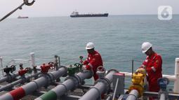 Petugas mengecek kesiapan kapal chemical tanker MT Sinar Morotai milik Samudera Indonesia di perairan Merak Banten, Kamis (5/12/2019). Salah satu armada berjenis chemical tanker ini bermuatan 4.500 KL untuk memenuhi asas cabotage dan transportasi logistik di Indonesia. (Liputan6.com/Angga Yuniar)