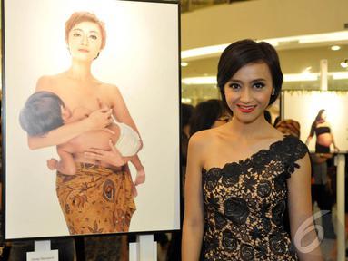 Deasy Noviyanti narsis di samping foto dirinya saat hadiri pameran tunggal Jerry Aurum, Senayan City, Jakarta, Rabu (17/9/2014) (Liputan6.com/Panji Diksana)