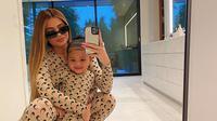 Busana Kembar Kylie dan Stormi. (dok. Instagram @kyliejenner/https://www.instagram.com/p/B9Z31U0Hdtj//Adhita Diansyavira)