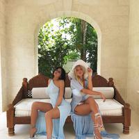 Gaya kompak Kylie Jenner dan Sofia Richie saat liburan (Foto: Instagram/@Kylie Jenner)