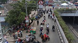 Pengendara sepeda motor melawan arah di kawasan Pasar Minggu, Jakarta Selatan, (9/11/2015). Rambu - rambu lalu lintas yang berada di lokasi Pasar Minggu ini tampak tak berfungsi sama sekali. (Liputan6.com/Immanuel Antonius)