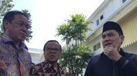 Sekjen PBNU Hemly Faishal Zaini (kiri) bersama Ketua KWI  Mgr Ignatius Suharyo (tengah) usai bertemu Presiden Jokowi. (Merdeka.com/Intan umbari Prihatin)