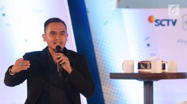 Komentator olahraga, Valentino Simanjuntak berbagi pengalaman kepada peserta EGTC 2018 Bandung di Graha Sanusi Hardjadinata, Universitas Padjajdaran, Bandung, Kamis (6/12). Valentino Simanjuntak juga memberi motivasi. (Liputan6.com/Helmi Fithriansyah)