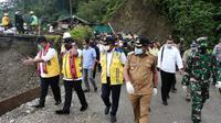 Wakil Menteri PUPR John Wempi Wetipo (JWW) meninjau lokasi ambruknya jembatan Waikaka yang berada di Kabupaten Seram Bagian Barat (SBB) Provinsi Maluku. (Dok Kementerian PUPR)