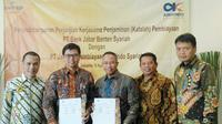 Penandatanganan dilakukan oleh Direktur bjb syariah Indra Falatehan dengan Direktur Utama Askrindo Syariah Soegiharto di Jakarta, Kamis 5 April 2018.