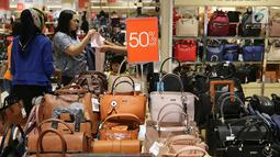 Pengunjung memilih tas dengan potongan harga pada pembukaan Centro Department Store di Pesona Square Depok, Kamis (20/12). Sensasi berbelanja offline tetap menjadi pilihan konsumen di penghujung tahun. (Liputan6.com/Fery Pradolo)