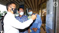 Menteri Kesehatan Budi Gunadi Sadikin didampingi Wakil Dirut APL Noer Indradjaja saat check in scan QR Code dengan aplikasi PeduliLindungi di Central Park Mall Jakarta Barat (22/8/2021). Aplikasi tersebut merupakan syarat untuk masuk ke Mal bagi pengunjung yang telah vaksin. (Liputan6.com/HO/Ading)