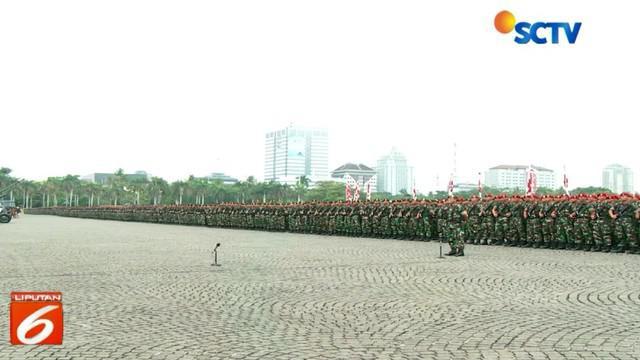 Panglima TNI Marsekal Hadi Tjahjanto dan Kapolri Jenderal Polisi Tito Karnavian mempimpin apel kesiapan TNI membantu tugas polri lapangan Silang Monas, Jakarta Pusat.