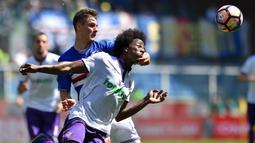 Striker Sampdoria, Patrik Schick, berebut bola dengan  gelandang Fiorentina, Carlos Alberto Sanchez pada laga lanjutan Serie A di Stadion Luigi Ferraris, Genoa, (09/04/2017). (EPA/Simone Arveda)