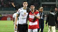 Pemain Madura United, Ante Bakmaz, bersama gelandang Persebaya, Aryn Williams. (Bola.com/Aditya Wany)