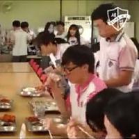 Sebuah sekolah di Korea Selatan menyiapkan menu makan siang lobster untuk para muridnya. (Sumber Foto: Kapanlagi.com)