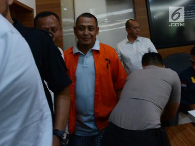 Polisi menggiring BBP (kanan), tersangka kasus berita hoaks saat Rilis berita hoaks 7 kontainer surat suara tercoblos di Mabes Polri, Jakarta, Rabu (9/1). BBP diketahui sebagai pemilik suara rekaman hoaks yang viral tersebut. (Merdeka.com/Imam Buhori)