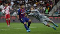 Kiper Atletico Madrid Jan Oblak melakukan penyelamatan dari serangan striker Barcelona, Luis Suarez pada laga semifinal Piala Super Spanyol di King Abdullah Sports City, Jeddah, Kamis (9/1/2020). Barcelona harus menjalani pertandingan yang dramatis saat kalah 2-3 dari Atletico. (AP/Hassan Ammar)