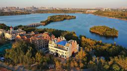 Foto dari udara ini memperlihatkan pemandangan kawasan wisata Nanhu di Tangshan, Provinsi Hebei, China utara, pada 20 Oktober 2020. Kawasan wisata Nanhu sebelumnya merupakan area tambang batu bara Kailuan yang mengalami penurunan permukaan tanah. (Xinhua/Mu Yu)