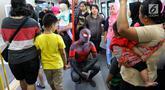 Para Spider-Man yang tergabung dalam komunitas Spider-Verse Indonesia menaiki gerbong kereta api ringan atau Light Rail Transit (LRT) di kawasan Jakarta, Minggu (21/7/2019). Dalam aksinya, mereka melakukan penggalangan dana untuk donasi anak penderita hydrocephalus. (Liputan6.com/Johan Tallo)