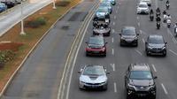 Mobil BMW i8 Roadster, i8 Coupe dan BMW i3s mengawal konvoi mobil listrik jelang jadwal pelaksanaan balap mobil listrik atau Formula E 2020 di kawasan Sudirman, Jakarta, Jumat (20/9/2019). Anies disopiri oleh pembalap Formula 2 yakni Sean Gelael. (Liputan6.com/Fery Pradolo)