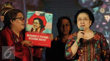 Ketua Umum PDIP, Megawati Soekarnoputri (kanan) memberikan keterangan saat peluncuran buku Megawati Dalam Catatan Wartawan, Jakarta, Rabu (23/3/2016). Buku tersebut merupakan catatan jurnalis yang pernah meliput Megawati. (Liputan6.com/Helmi Fithriansyah)