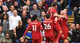 Para pemain Liverpool merayakan gol yang dicetak Trent Alexander Arnold ke gawang Chelsea pada laga Premier League di Stadion Stamford Bridge, London, Minggu (22/9). Chelsea kalah 1-2 dari Liverpool. (AFP/Olly Greenwood)