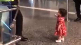 Aksi Bocah Perempuan Minta Izin Petugas Bandara untuk Pamit pada Bibinya Bikin Warganet Gemas