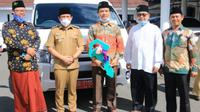 Plt Wali Kota Bengkulu Menyerahkan Kendaraan Operasional untuk salah satu kampus yang dikelola keluarga besar NU. (Liputan6.com/Yuliardi Hardjo)