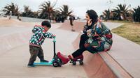 Andien Aisyah memakai sepatu roda untuk menjaga anaknya saat bermain scooter (Dok.Instagram/@andienaisyah/https://www.instagram.com/p/B6LTTsUnS7Q/Komarudin)