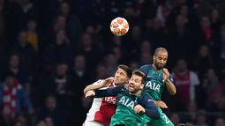 Duel udara pemain Ajax Amsterdam, Lisandro Magallan dengan pemain Tottenham Hotspur,Fernando Llorente dan Lucas Moura pada laga kedua semifinal Liga Champions 2018/19 di Stadion Johan Cruyff, Rabu (8/5). Tottenham secara dramatis merebut tiket final setelah menaklukkan Ajax 3-2. (AP/Peter Dejong)