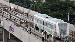 Aktivitas pekerja proyek pengerjaan Light Rail Transit (LRT) di Jalur Section 5A, Kelapa Gading, Jakarta Utara, Rabu (18/4). Pekerja tengah membangun instalasi Depo LRT Koridor I. (Merdeka.com/Iqbal Nugroho)